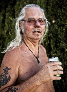 Pastor, con cerveza en mano